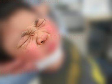 子供のインフルエンザ検査の様子2。長い綿棒を鼻の奥に入れられてすごく痛かった様子。結果はA型でした
