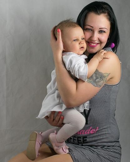 赤ちゃんの抱っこの仕方コツを紹介!横抱きと縦抱きの方法と注意点2
