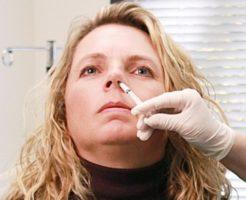痛くないインフルエンザ予防接種ワクチン「フルミスト」の接種の様子(出典:wikipedia)
